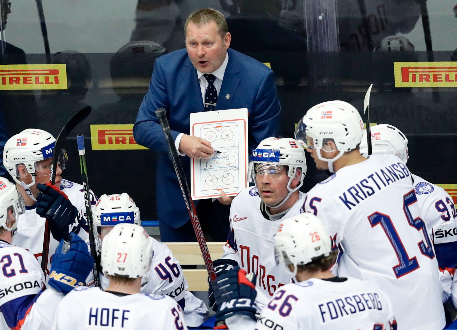 VM-SMELL: Landslagstrener Petter Thoresen forsøker å få mannskapet sitt på rett kjøl under VM-kampen mot Finland i Herning 8. mai. Den endte med tap 0–7.