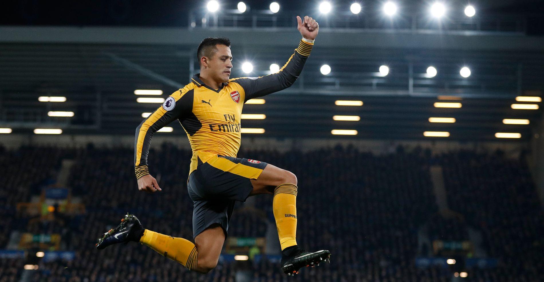 FLYR HØYT: Arsenal Alexis Sánchez har laget 12 mål denne sesongen, og er med i tetsjiktet på toppscorerlisten.