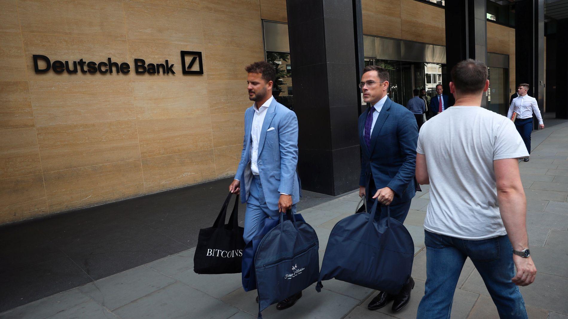 SKREDDERNE: De velkledde skredderne sett utenfor London-kontoret til Deutsche Bank samme dag som ansatte pakket sammen sakene sine.