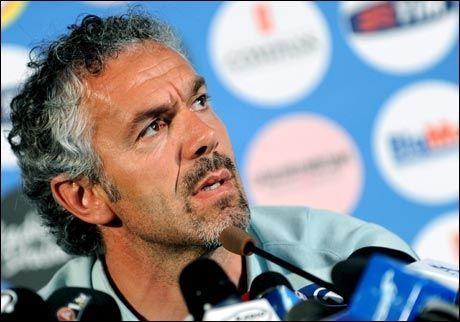 FORSVARTE SEG: Roberto Donadoni var offensiv overfor den oppmøtte pressen dagen derpå. Foto: EPA