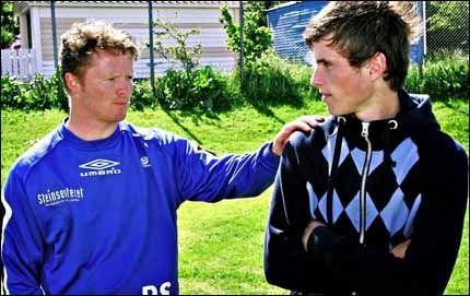 SOLGT TIL ARSENAL: Håvard Nordtveit får drømmen oppfylt. Her er han sammen med FKH-trener Rune Skarsfjord. Foto: Hugo Bergsaker