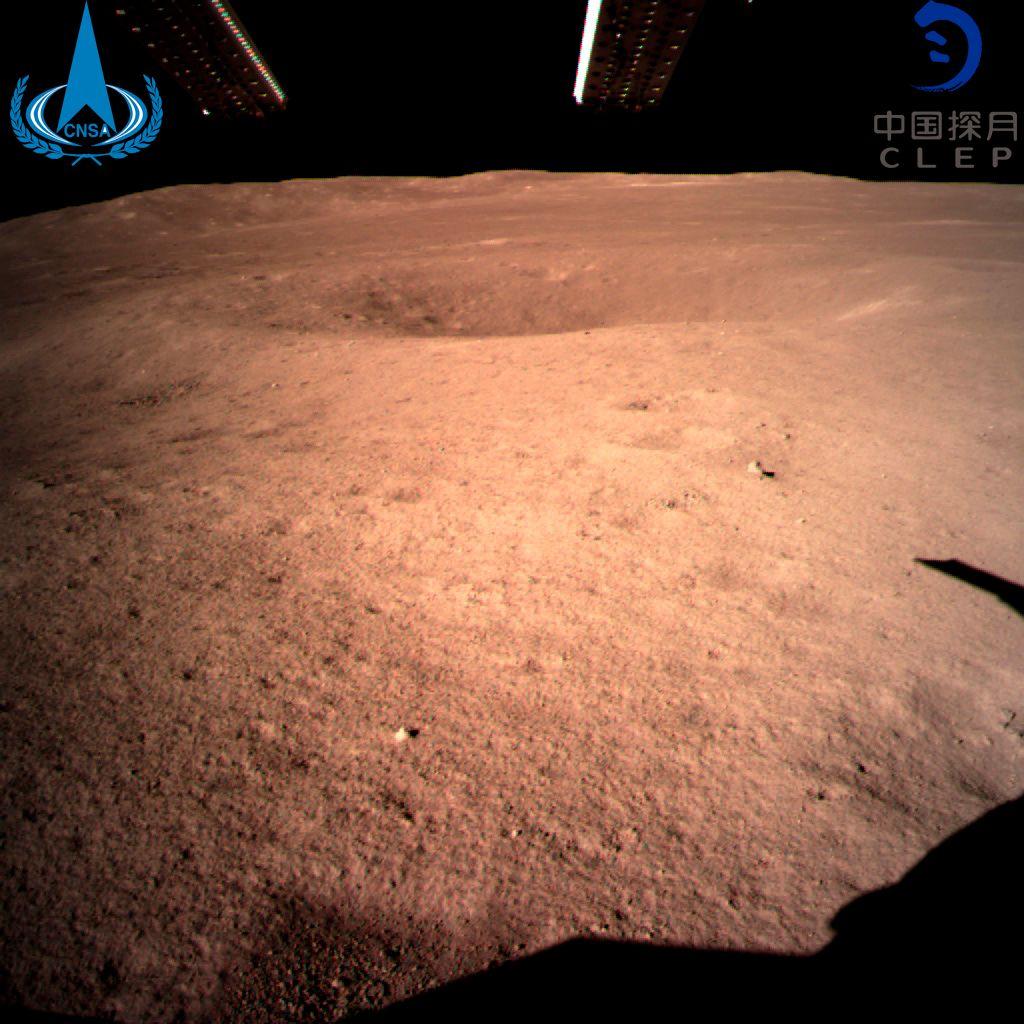 DET FØRSTE BILDET: Dette bildet, som viser baksiden av månen, sendte romsonden hjem.