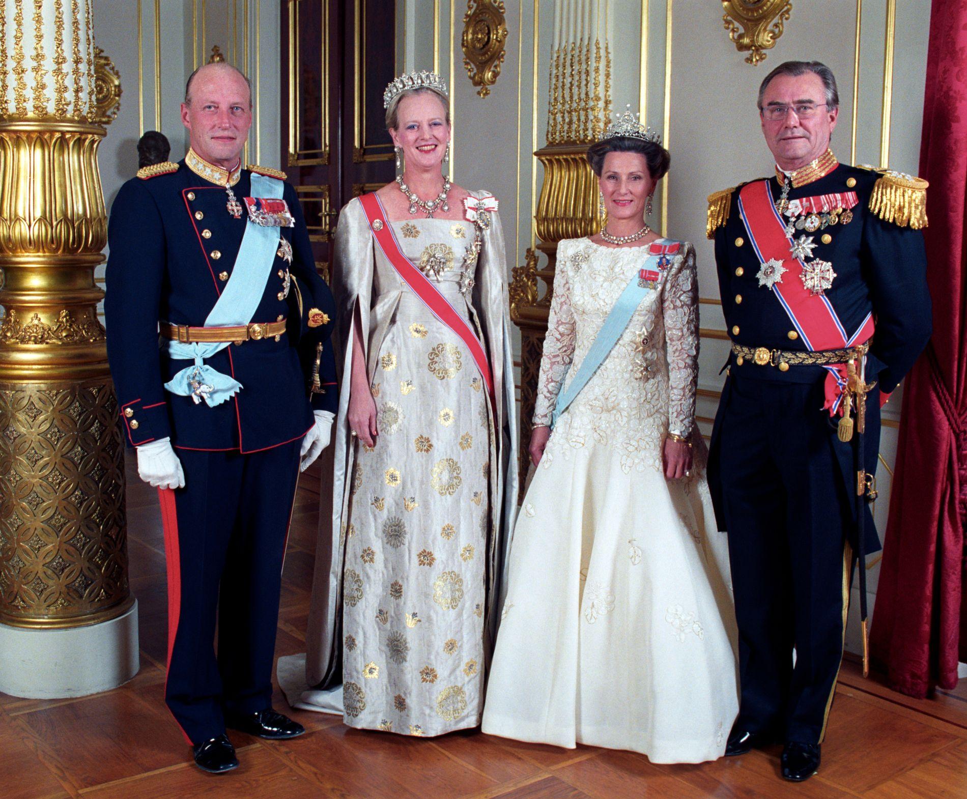 SØRGER: Den norske kongefamilien er i dyp sorg etter at de mottok budskapet om at prins Henrik av Danmark er død.
