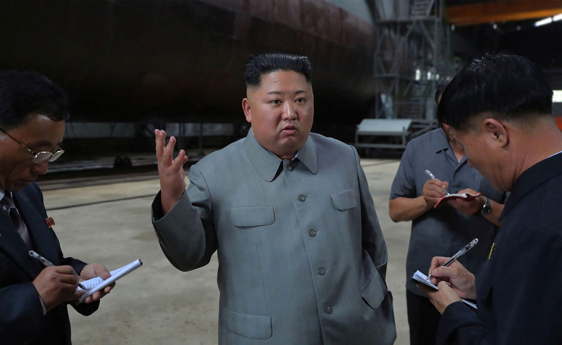 UBÅT-INSPEKSJON: Nord-Koreas statlige nyhetsbyrå KCNA offentliggjorde i går dette bildet av leder Kim Jong Un som inspiserer en nybygget ubåt på det som skal være et «hemmelig sted».
