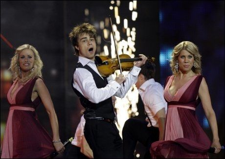 LYSPUNKT: Alexander Rybak sjarmerte alle under sin opptreden i Moskva lørdag. - Jeg gleder meg over seieren, sier Synnøve Svabø. Foto: Reuters Foto: Reuters