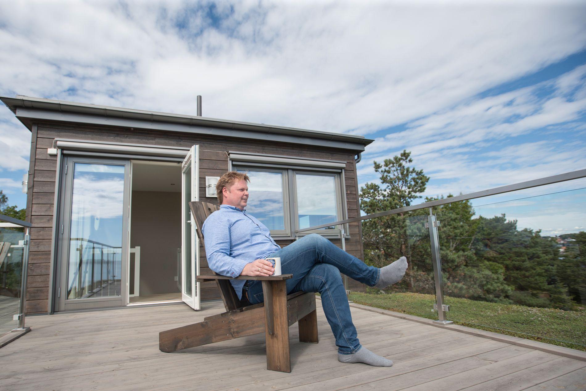 PÅ TOPPEN: Jørn Lier Horst (47) har bygget seg et drømmehus utenfor Larvik, og helt på toppen fikk han sitt eget skrivetårn.