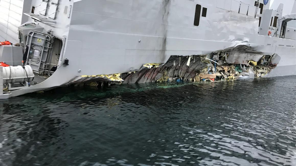 FLENGE: Den havarerte fregatten KNM «Helge Ingstad» ligger på grunn nord for Stureterminalen i Hjeltefjorden utenfor Bergen. På babord side har fregatten fått en stor flenge.