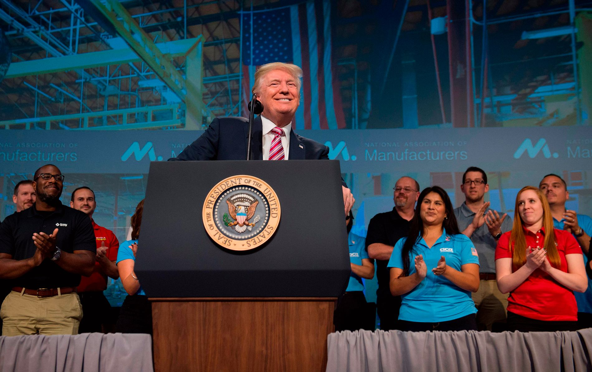 US President Donald Trump speaks to the National Association of Manufacturers in Washington, DC, September 29, 2017. / AFP PHOTO / SAUL LOEB