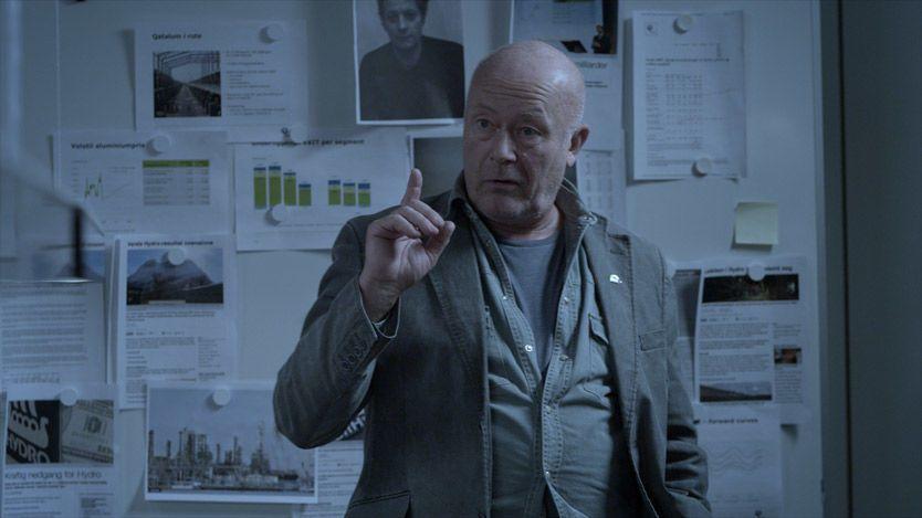 FOR STRENG: Nils Ole Oftebro i rollen som redaktør Mathiesen. Selv mener han at han til tider var for streng. Foto: NRK