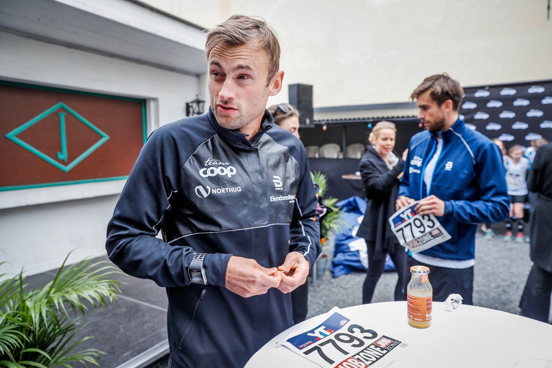 STILTE OPP FOR SPONSOREN: Petter Northug, her sammen med broren Tomas fra et Coop-event etter Holmenkollstafetten i 2017.