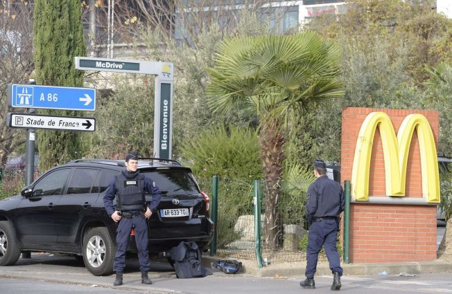 GIKK TIL McDONALDS: Politiet vokter åstedet ved McDonalds-restauranten ved siden av Stade de France. Bilal Hadfi skal ha sprengt seg selv i luften her.