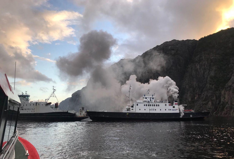 MYE RØYK: Dette bildet er tatt fra redningsskøyten Sjømann, som bisto med evakuering.