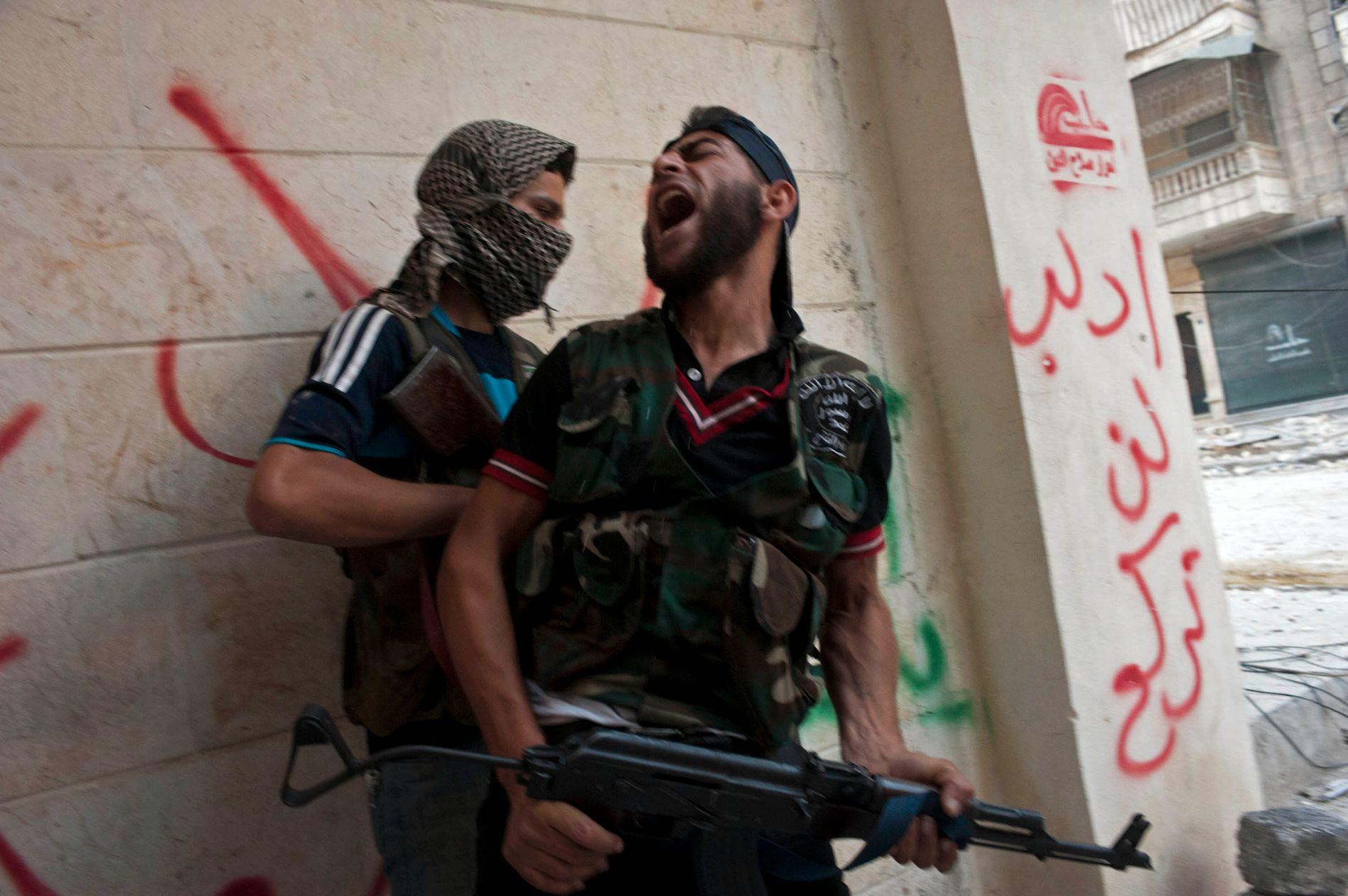 HER STARTET DET: Bykrigen kom til Aleppo sommeren 2012. Her er en opprører i Den frie syriske arme fotografert i august 2012. Siden ble opposisjonen splittet. Ekstremistgrupper kom også til.