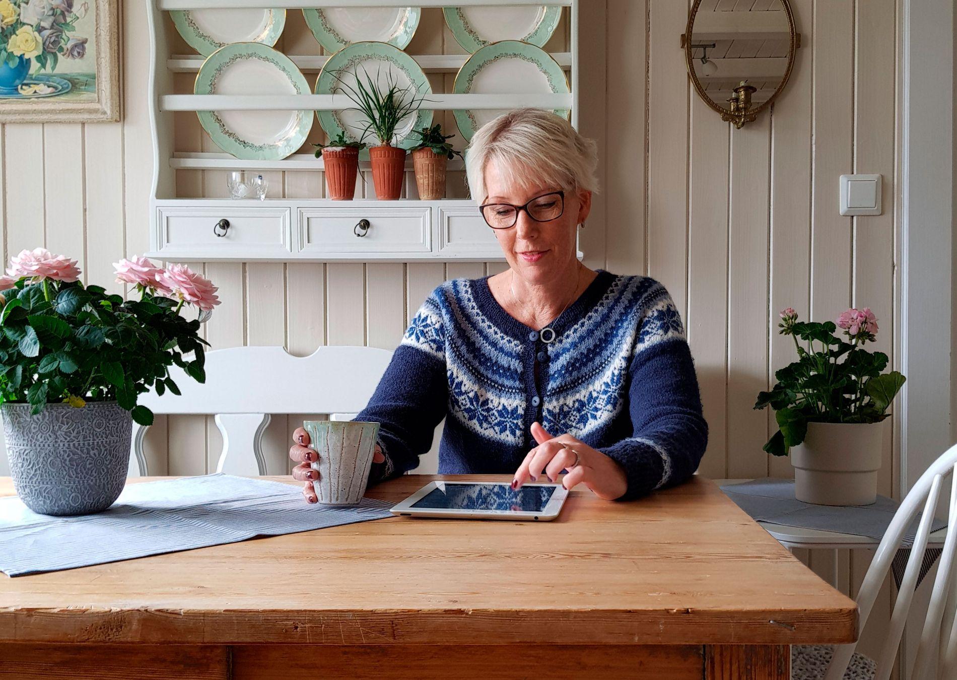 TRYGT: Eva Aasheim har tatt i bruk e-Boks, og er storfornøyd med tjenesten. – Det oppleves som veldig enkelt og sikkert, sier hun.