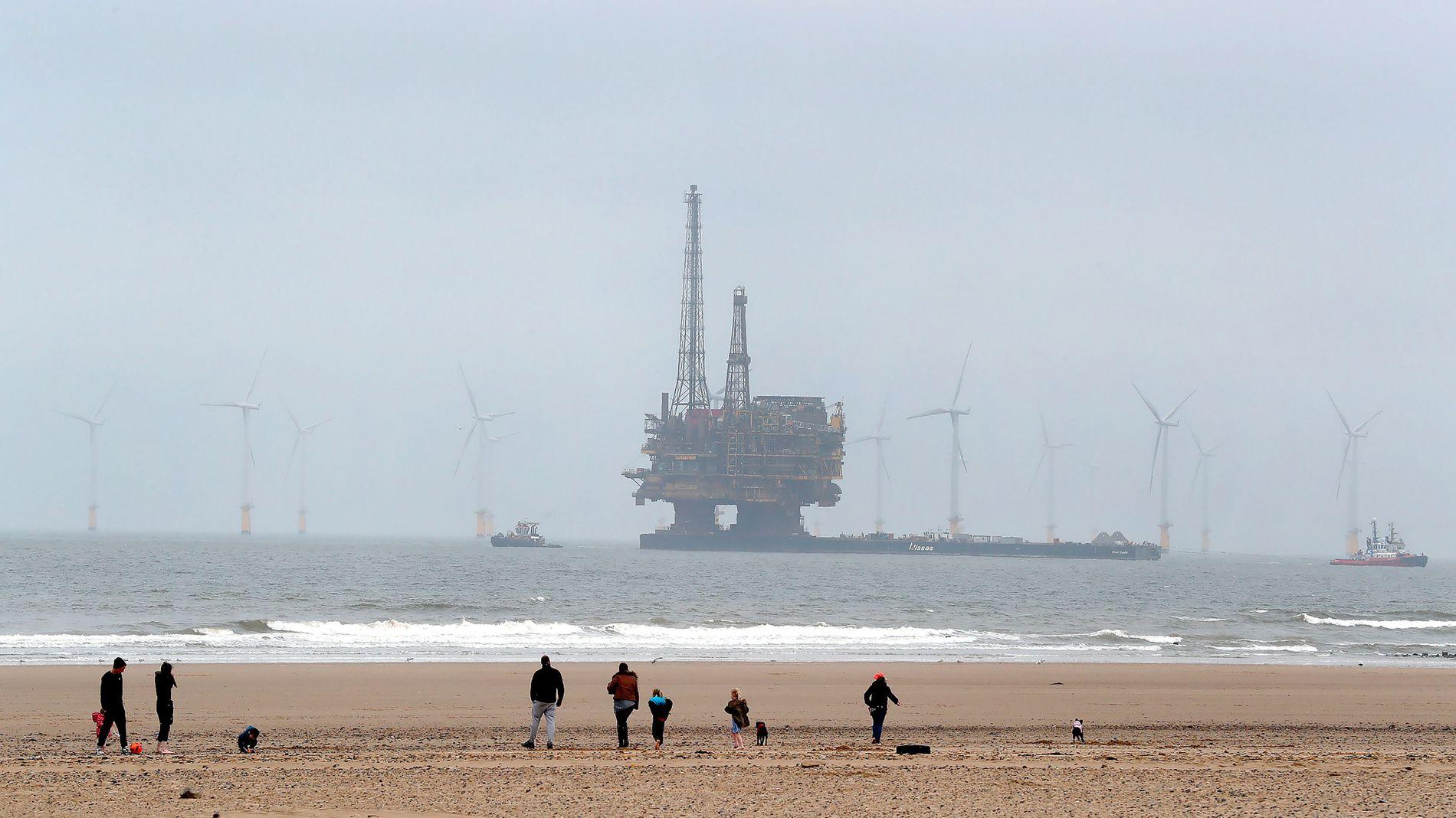 UTRANGERT: Shells fire oljerigger på Brentfeltet i Nordsjøen har gjort sin del av jobben. Nå planlegger selskapet å la fundamentet stå igjen for tre av dem, mens den fjerde også beholder understellet av stål. Her slepes toppen av Delta-plattformen til skrap i mai 2017.