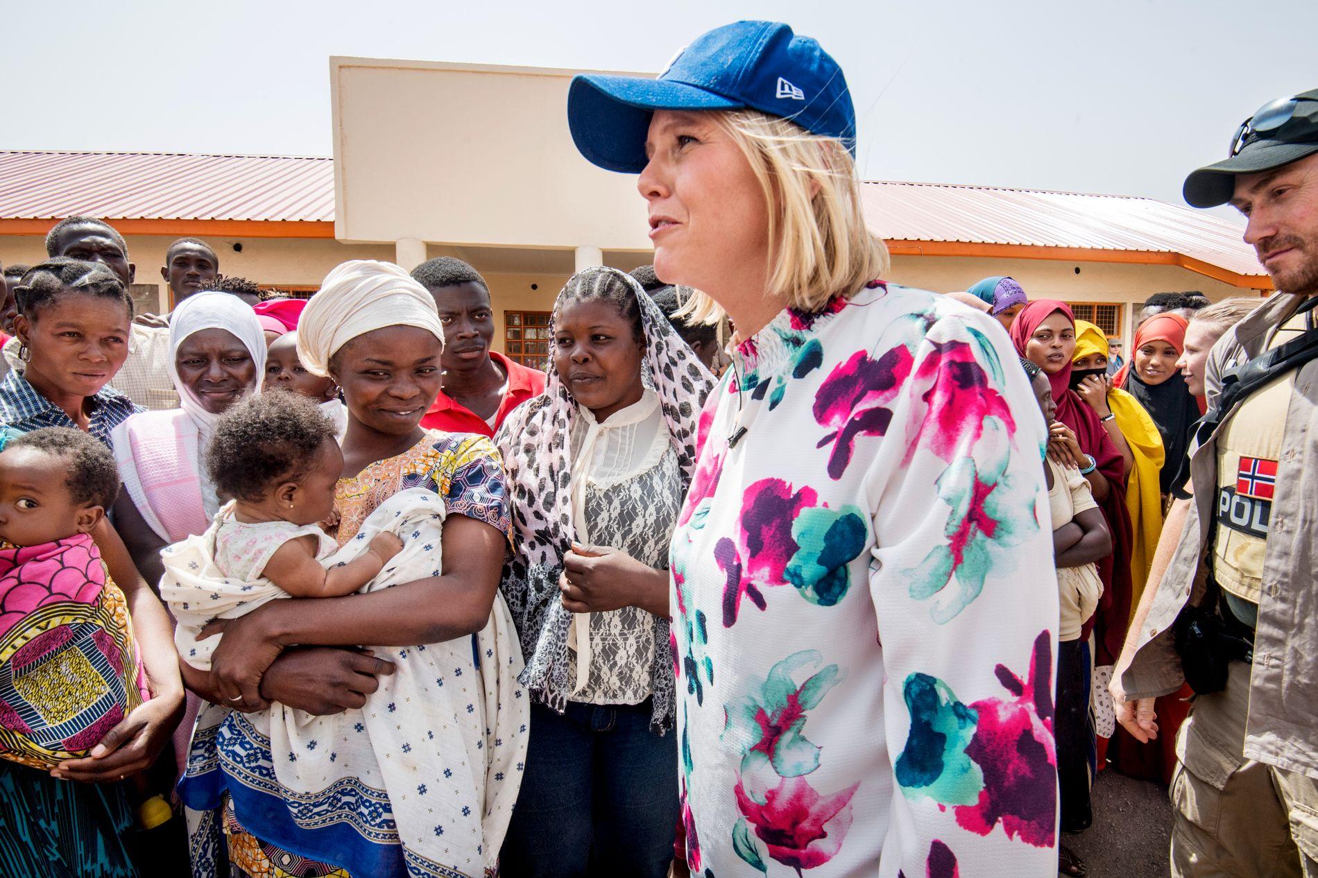 FØRSTE LEIR-BESØK: Sylvi Listhaug (Frp) var lørdag på sitt første besøk i en afrikansk flyktningleir. Her møter hun damer som får yrkestrening i Kakuma-leiren nord i Kenya.
