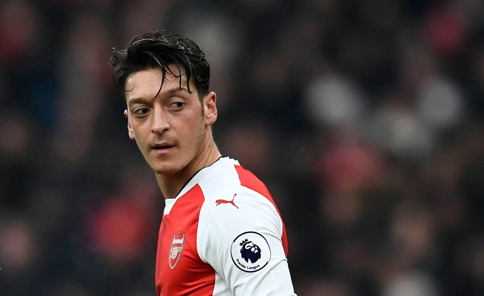 I HARDT VÆR: Mesut Özil har vært i hardt vær i løpet av den siste tiden, både for hans prestasjoner på banen og all kontraktsnakk utenfor. Nå sier han at Arsenal er viktigere enn kontraktsnakket.