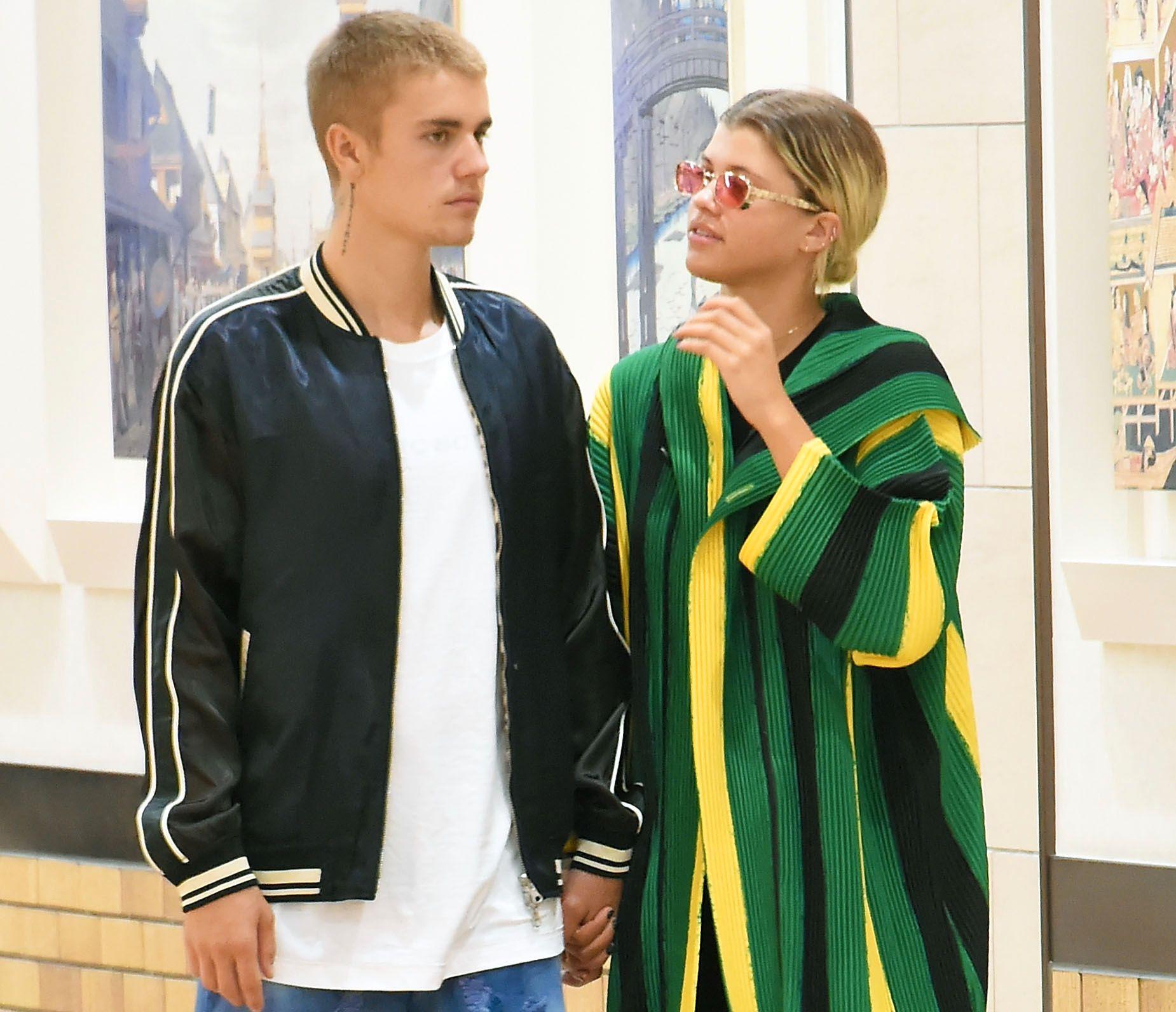 GOD TONE: Justin Bieber og Sofia Richie hånd i hånd på et kjøpesenter i Tokyo 14. august. Foto: JUN SATO/GC IMAGES