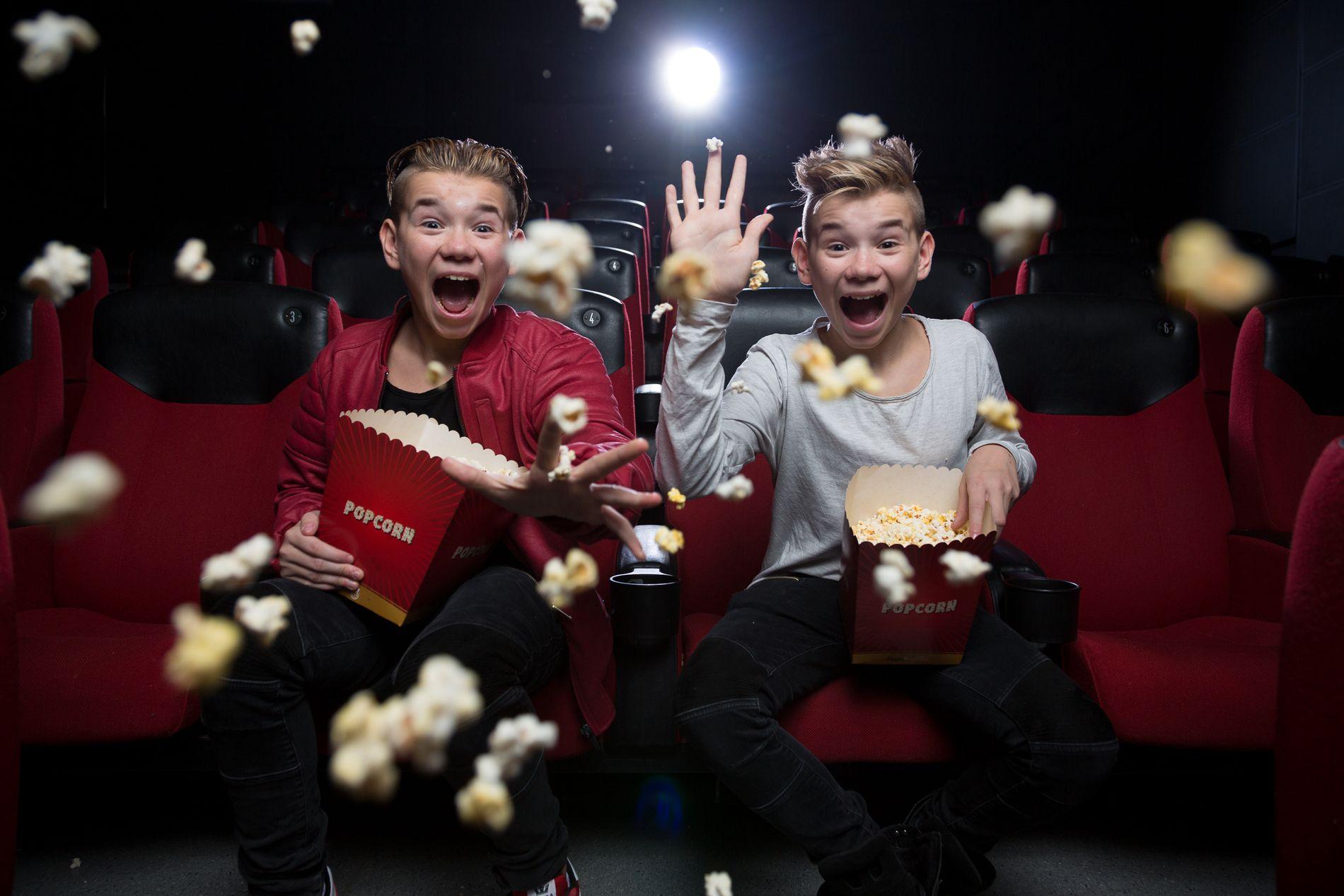 HENT POPCORNET: Marcus og Martinus  går til filmen i «Sammen om drømmen».FOTO : NORSK FILMDISTRIBUSJON.