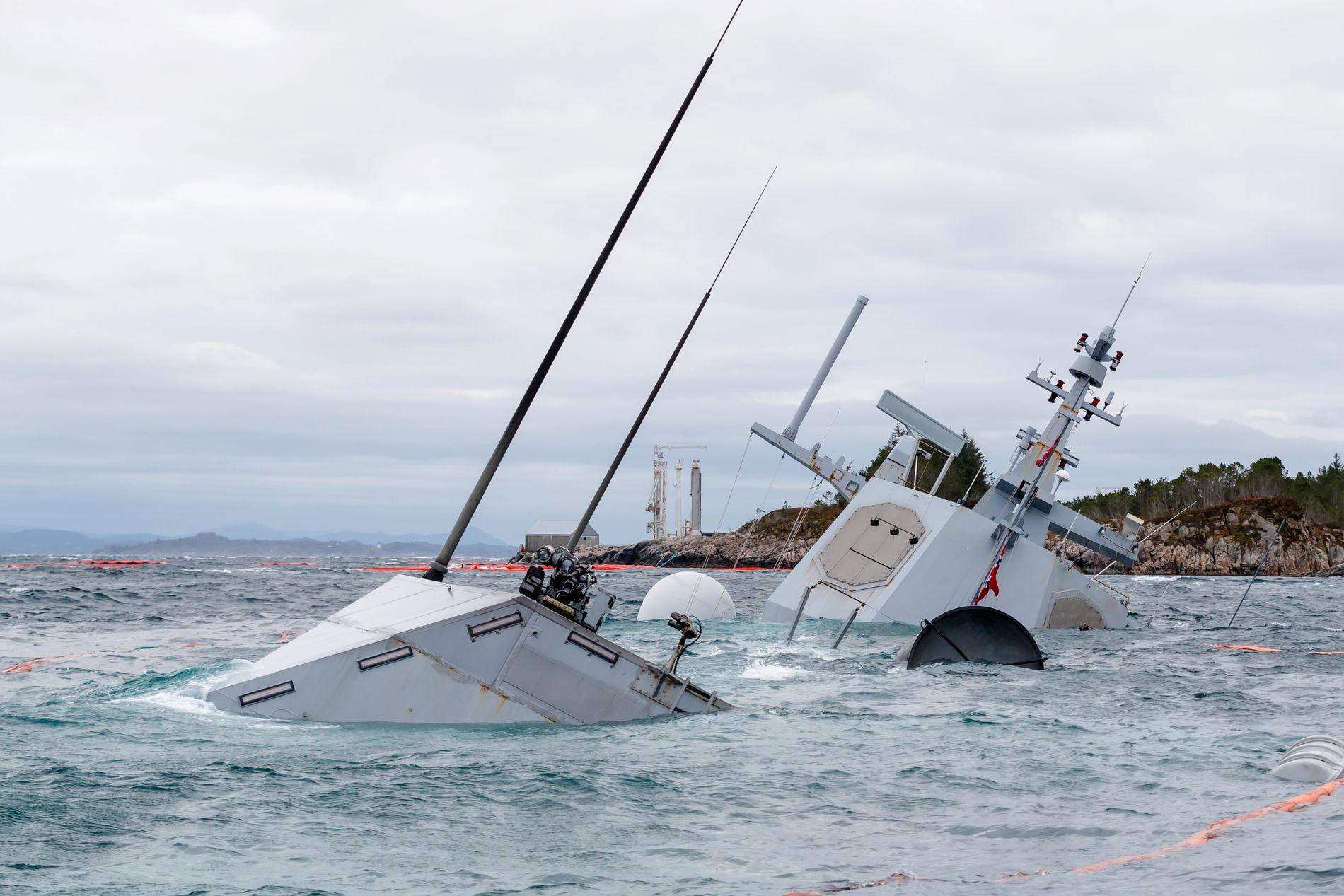 HAVARI: Krigsskipet ligger nesten totalt under vann, i en skråning. Og torsdag er det uvær i området.