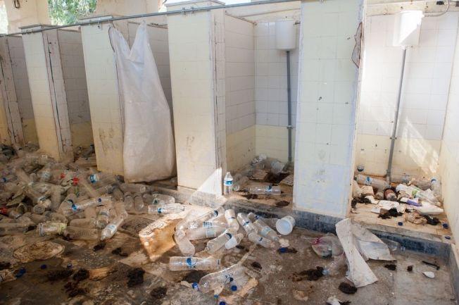 DÅRLIGE SANITÆRFORHOLD: På de greske øyene må Leger uten grenser behandle skabb og hudsykdommer som skyldes dårlige sanitærforhold. Dette bildet er tatt på herretoalettet ved ved det midlertidige oppholdsstedet Moria på øya Lesbos.
