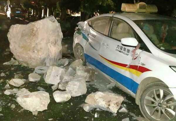KNUST: En bil ble hardt rammet av jordskjelvet i Kina.