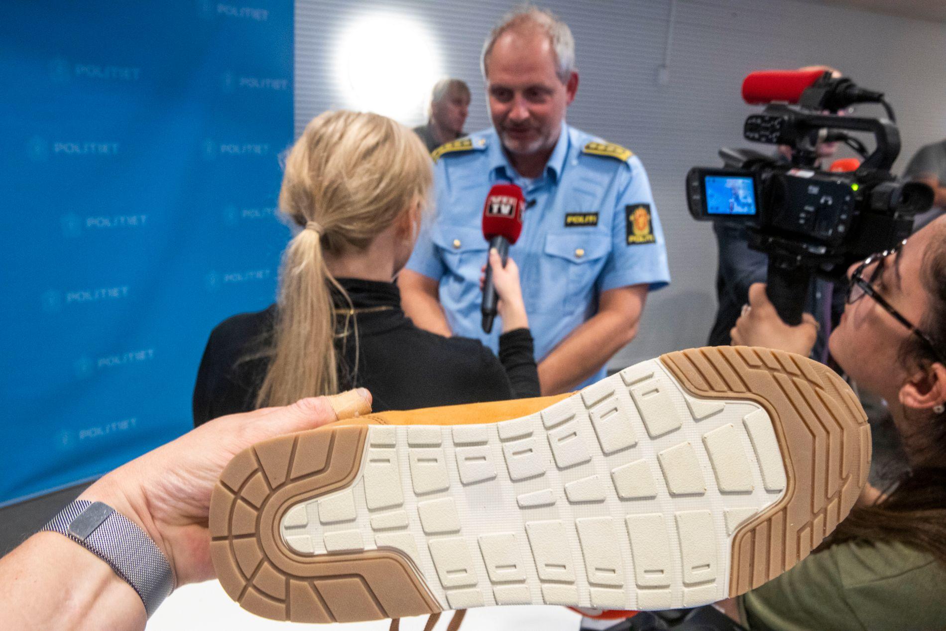 SKOSPOR: Dersom du har kjøpt en Sprox-sko med dette sålemønsteret, og har betalt kontant, ønsker politiet at du skal melde deg. Her er skosålen avbildet, med etterforskningsleder Tommy Brøske i bakgrunnen.