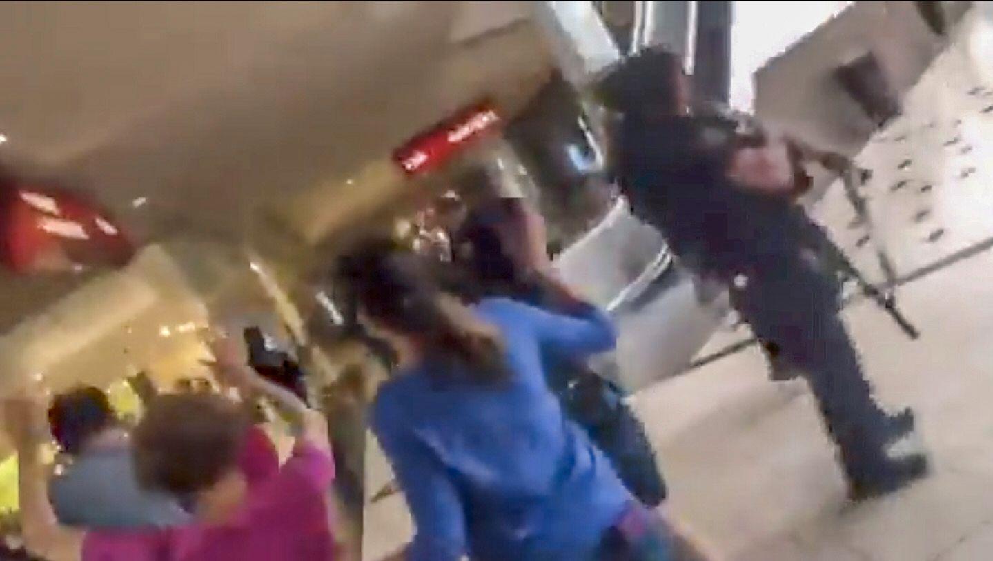 EVAKUERES: Bildet skal vise evakueringen av et kjøpesenter i El Paso, og bevæpnet politi på stedet.