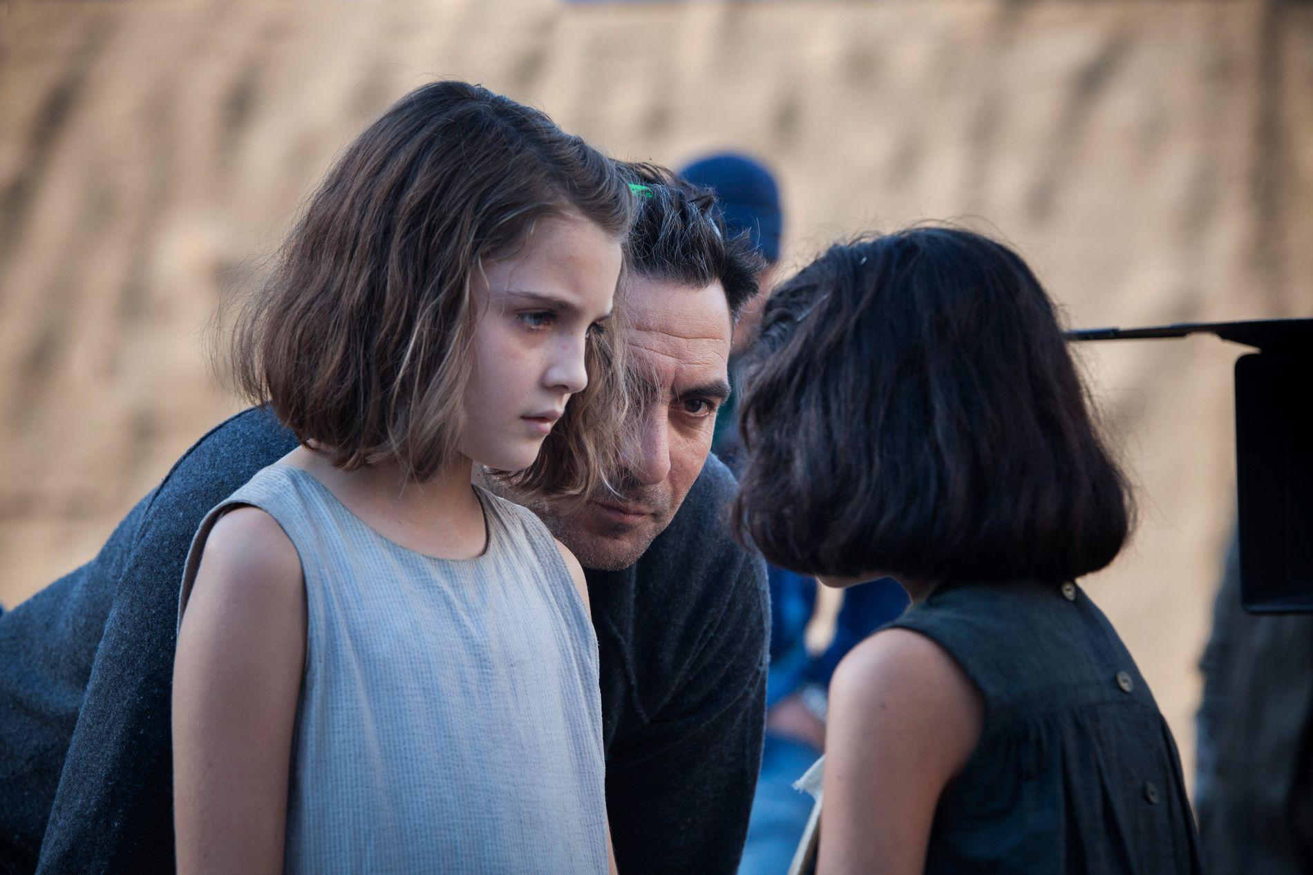 MYE FØLELSER: Regissør Saviero Costanzo instruerer Elisa og Ludovica. Han sier det handler mye om det som skjer på innsiden, ikke utsiden, og at de har gjort alt de kan for å fokusere på følelsene til Ferrantes karakterer.