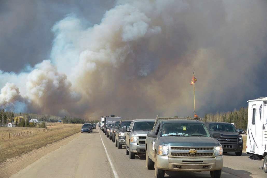 FULL EVAKUERING: Røyken fra skogbrannen fyller luften ved Fort McFurray i Alberta.