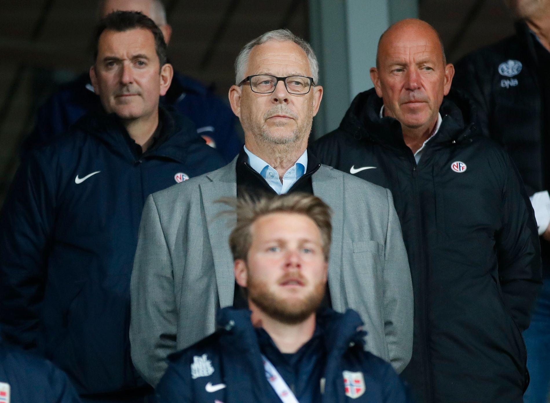 VAR PÅ KAMP: Lars Lagerbäck, flankert av assistent Per Joar Hansen (t.v.) og toppfotballsjef Nils Johan Semb (t.h.) var til stede i Drammen for å se U21-landslaget tirsdag kveld.