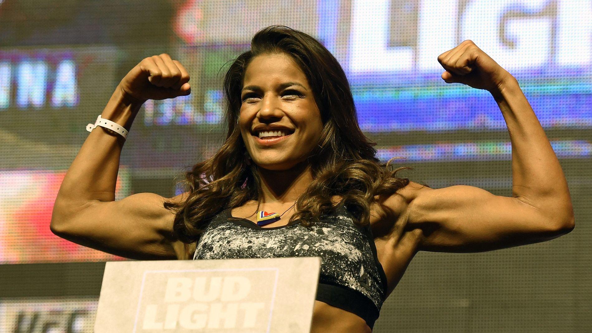 GÅR KAMP I NATT: Julianna Pena poserer på vekta i Las Vegas i juli i fjor. I natt skal hun gå kamp i Denver.