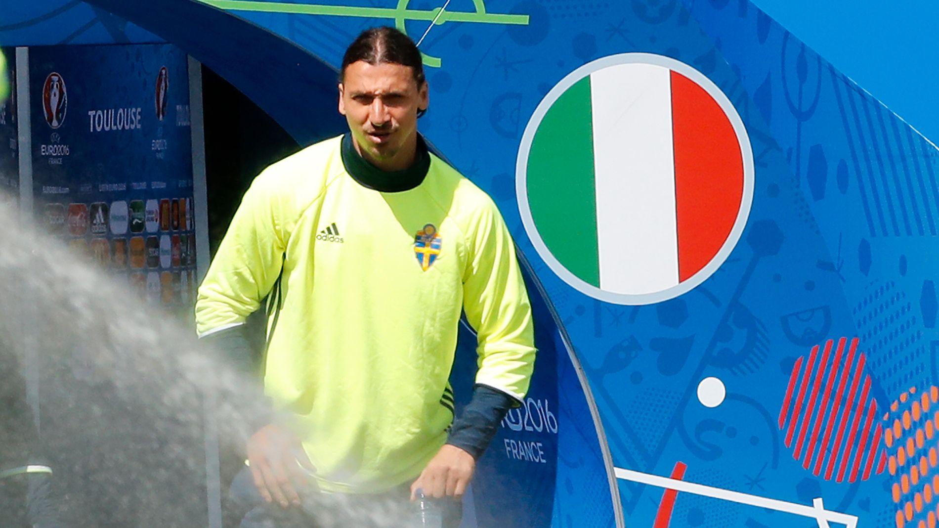EN LITEN BIT ITALIA: Zlatan Ibrahimovic ankommer den svenske treningen på stadion i Toulouse i ettermiddag.