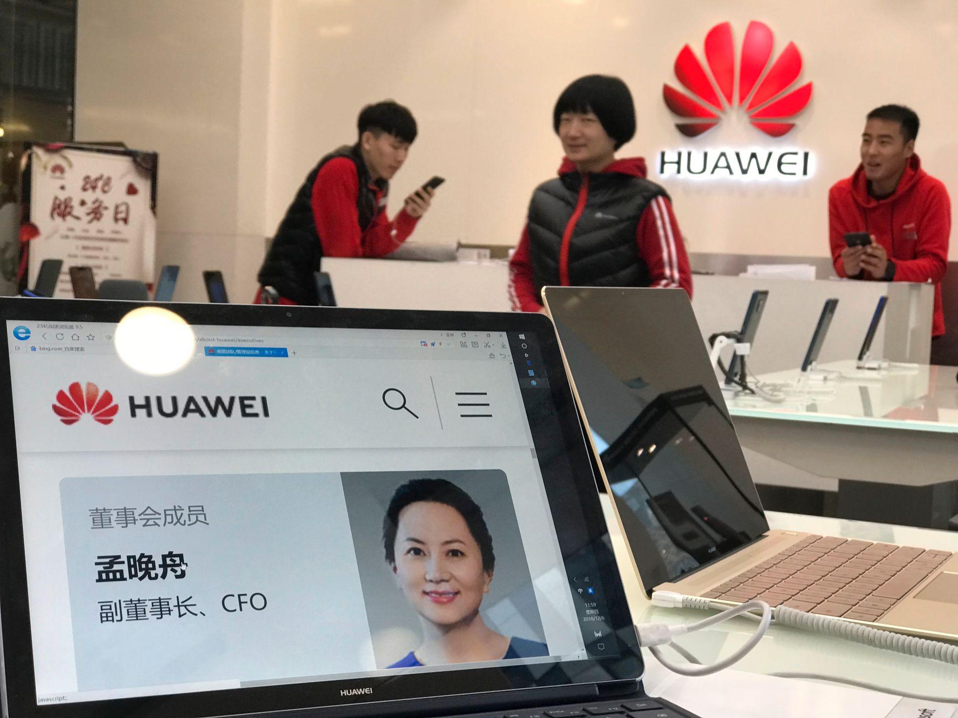I BUTIKKEN: Et bilde av den arresterte finansdirektøren Meng Wanzhou er hentet opp på en PC-skjerm i en Huawei-butikk i Bejing torsdag morgen.