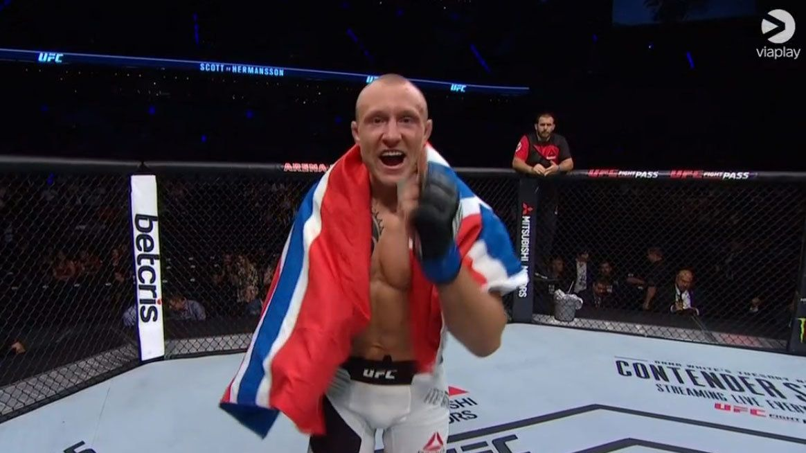 OVERBEVISTE: Jack Hermansson leverte en ny solid seier i UFC-buret. Her jubler han etter seieren mot Brad Scott.