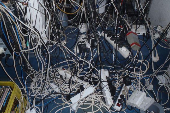 KABEL-ROT: Strømkabler og strømforgrenere ligger i en kaotisk og brannfarlig haug, i denne Oslo-leiligheten som i fjor ble stengt av brannvesenet.