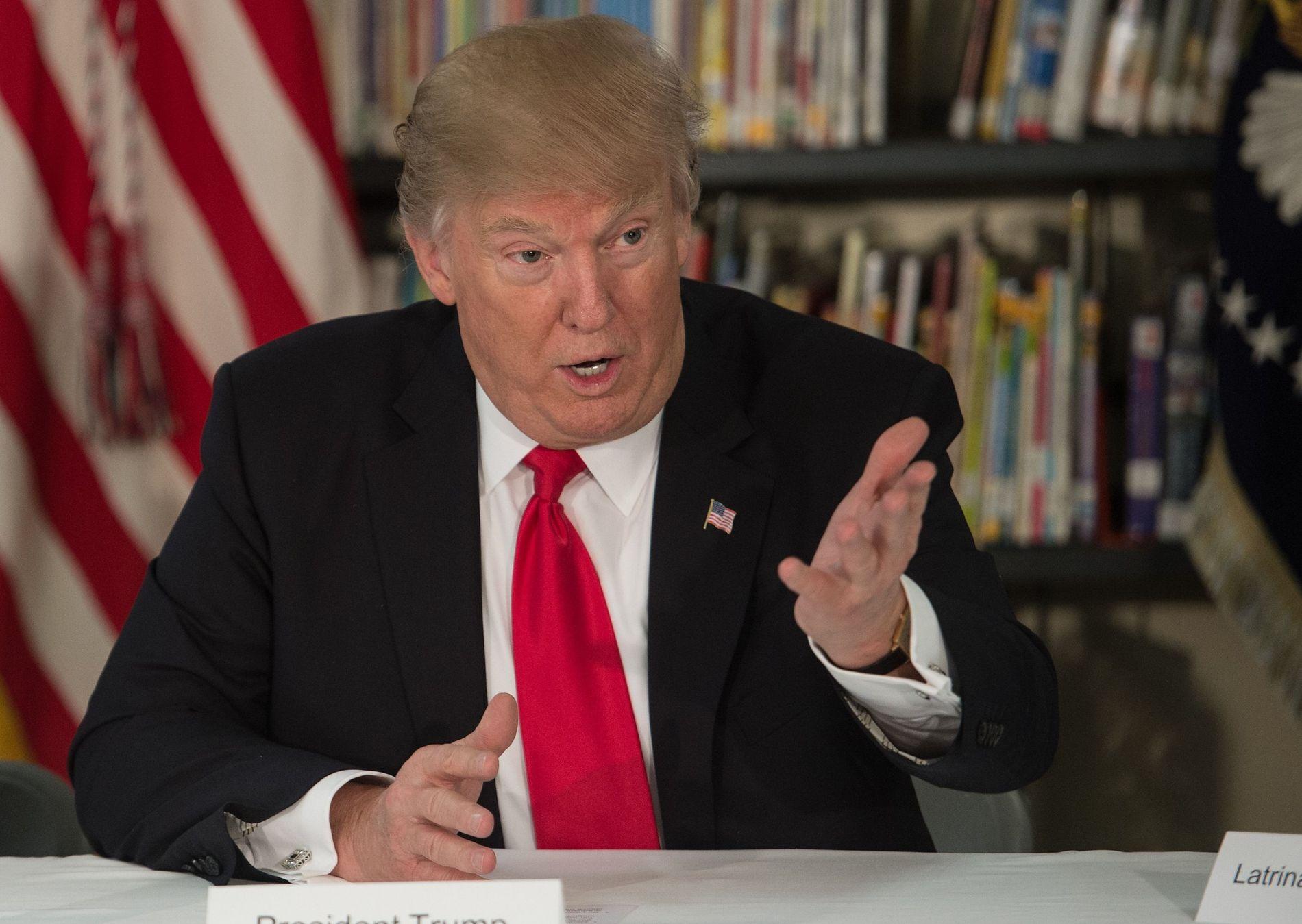 RASER PÅ TWITTER: Her er president Donald Trump fotografert fredag, da han besøkte en privatskole i Orlando i Florida.