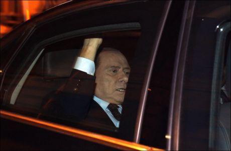 GÅR AV: Italias statsminister Silvio Berlusconi fotografert etter at krisepakken ble vedtatt i parlamentet. Foto: REUTERS