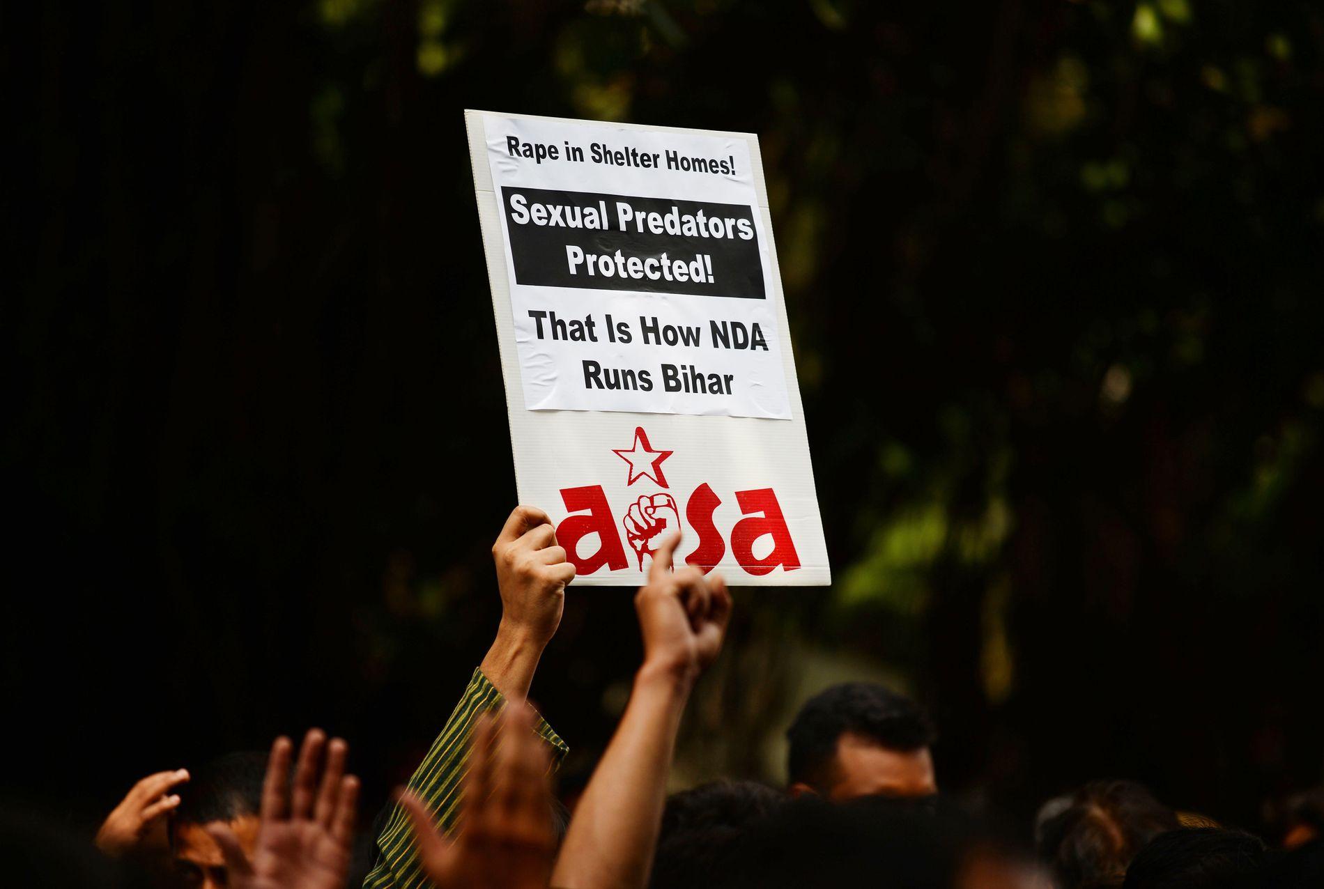 PROTESTER: En indisk aktivist demonstrerer i forbindelse med overgrepene på barnehjemmet i Muzaffarpur, en by øst i India.