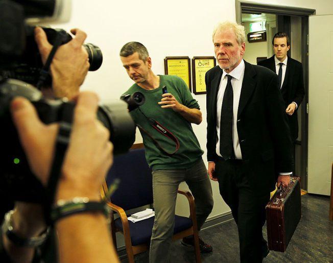 NEKTER STRAFFSKYLD: Fredrik Verling forsvarer den drapssiktede 32-åringen. Han nekter straffskyld. Bildet er fra det første fengslingsmøtet i Bergen tingrett.