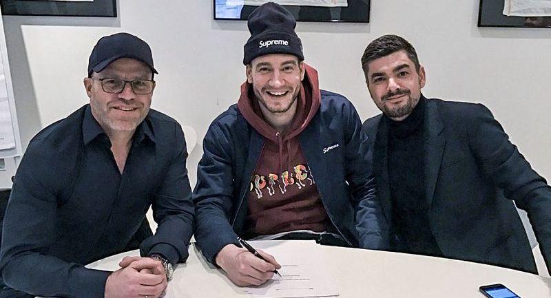 SIGNERT: Nicklas Bendtner (i midten) sammen med RBK-sportsdirektør Stig Inge Bjørnebye (t.v.) og agent Ivan Benes (t.h.) i mars 2017.
