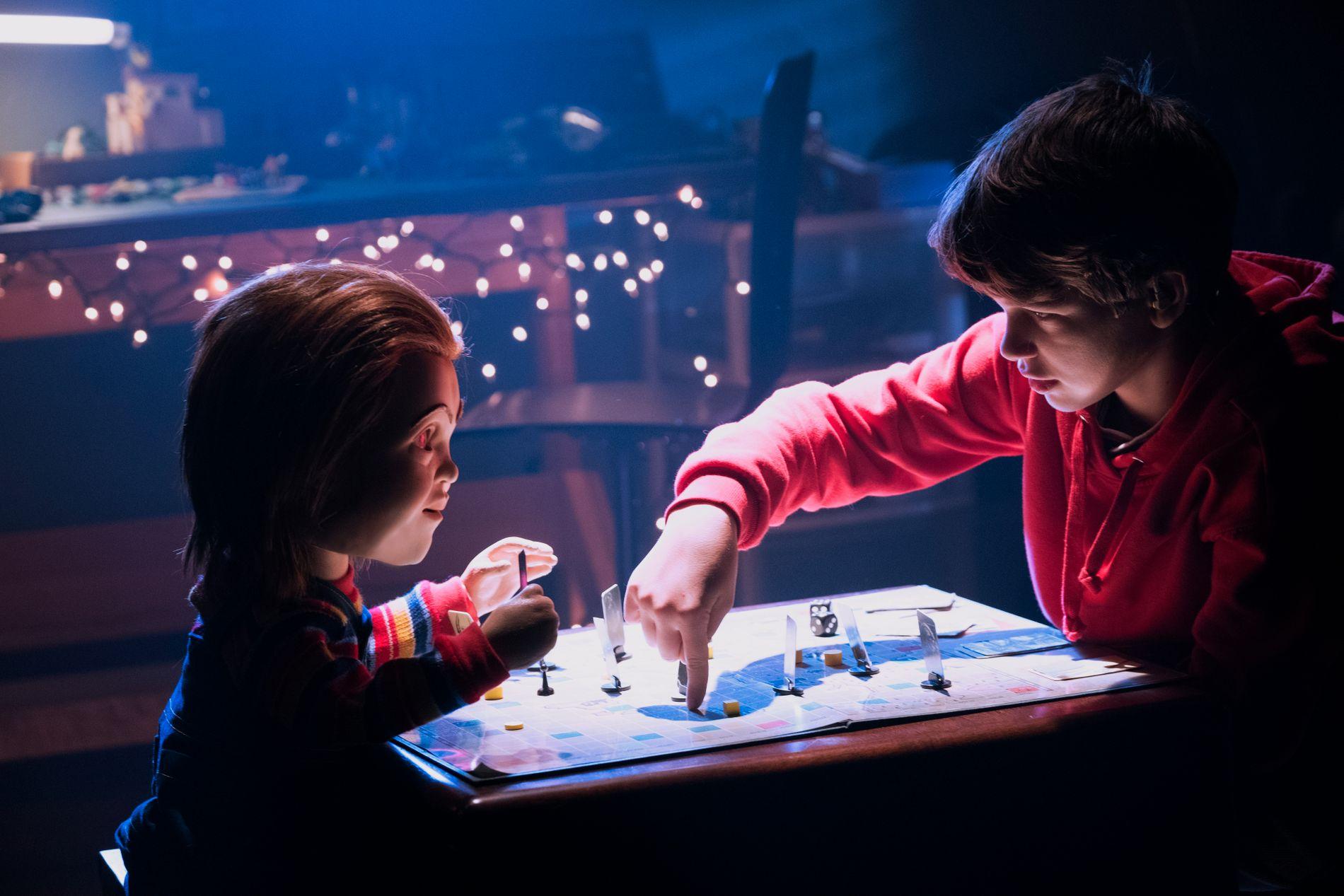 BRETTSPILL MED DØDEN: Gabriel Bateman og «Chucky» i «Child's Play».