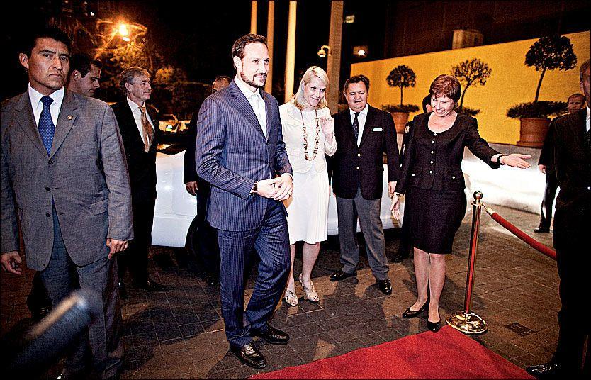 FREMME: Kronprins Haakon og Kronprinsesse Mette-Marit ankom hotellet i Mexico City tidlig mandag morgen. Foto: Marte Vike Arnesen