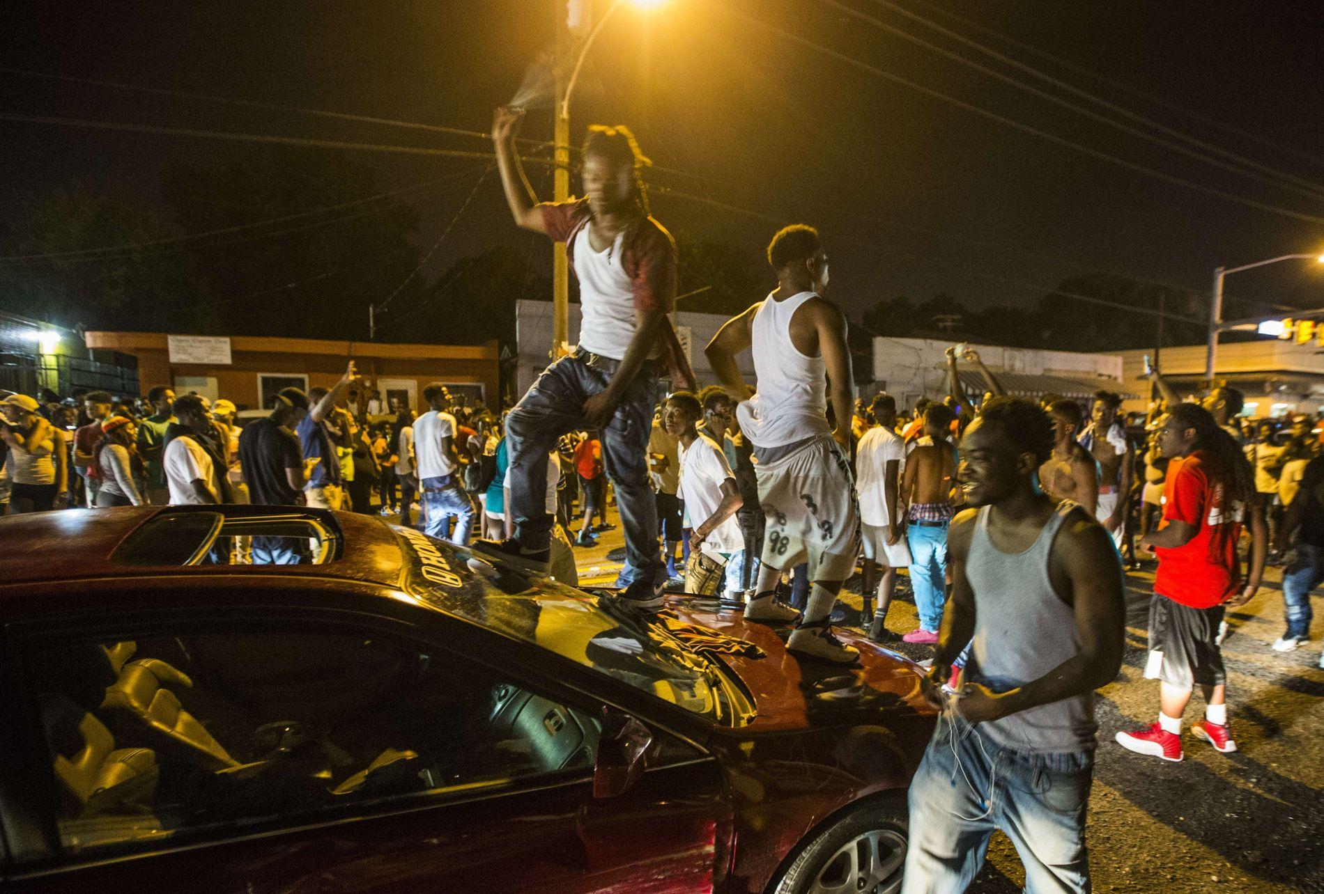 PROTESTERER: Store mengder demonstranter har samlet seg i gatene i Baton Rouge i Louisiana etter drapet på Alton Sterling.