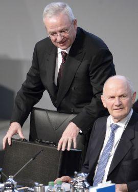 KJEMPET OM MAKTEN: En svært offentlig maktkamp ble utkjempet i Volkswagen-konsernet i midten på april da topplederen i Volkswagen-konsernet, Ferdinand Piëch (til høyre) overraskende erklærte at han distanserte seg fra sin tidligere samarbeidspartner Winterkorn (til venstre). Piëch måtte etter dette trekke seg fra sine verv i Volkswagen-konsernet, og Winterkorn gikk seirende ut av den striden. Men nå har han altså trukket seg etter avsløringen av utslipps-jukset.