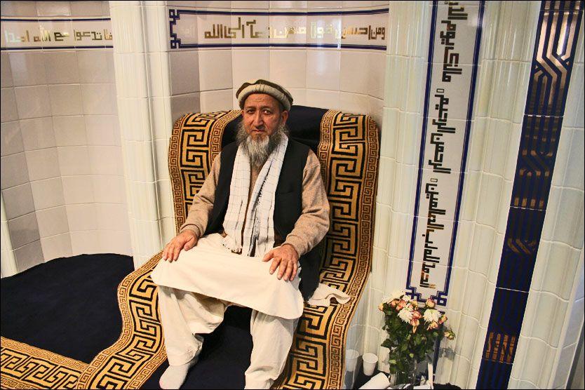 VIL HA DIALOG: Imamen Mehboob-ur-Rehman i en av Norges største moskeer, Islamic Cultural Center, møter VG Nett og understreker at han ønsker dialog med nordmenn. Foto: Lars Akerhaug