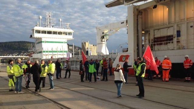 BLOKADE LØRDAG MORGEN: Rundt 40 personer fra ulike fagforeninger samlet seg for å hindre at skipet til Holship fikk losse av på kaien i Drammen.