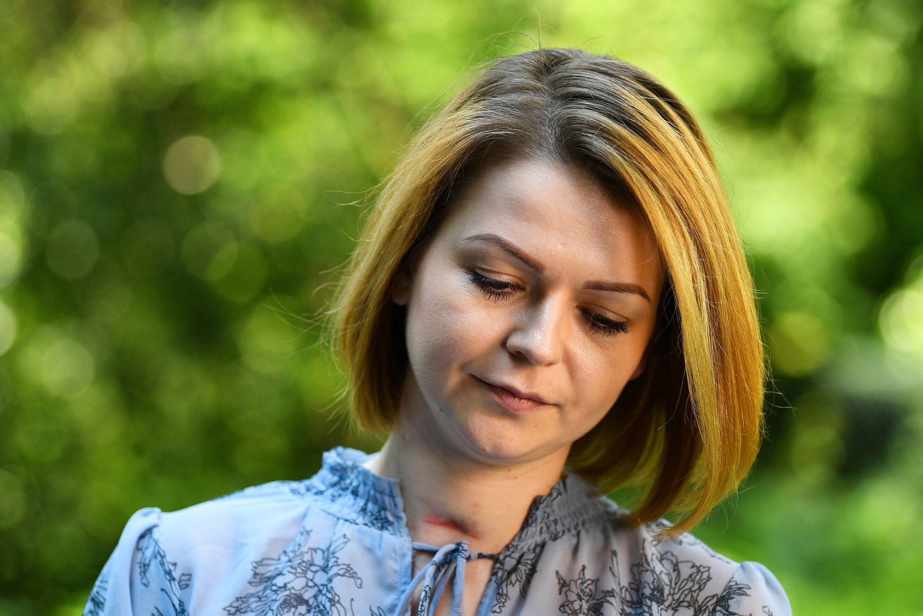 SMERTEFULL BEHANDLING: Julia Skripal stilte til intervju med Reuters i blå sommerkjole og et godt synlig arr på halsen.