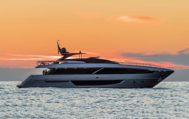 RETT I KRYSSET: RIVA 100 Corsaro er Zlatans nye yacht, som koster godt over hundre millioner. Den eksakte prisen holdes imidlertid hemmelig.