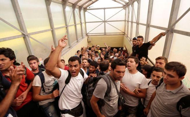 RASENDE: Utslitte og rasende flyktninger skriker ut NO CAMP, NO CAMP når politiet driver dem fra toget og over i bussene. De kom ikke over til Østerrike, men er foreløpig internert i leiren i Bicske.